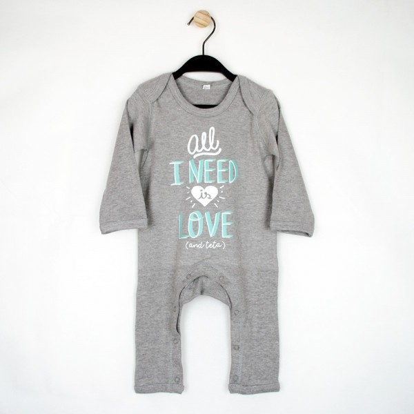 "Pijama ""All I need is love and teta"" gris"
